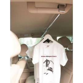 Barra de 80 cm para colgar roupa nun vehículo.